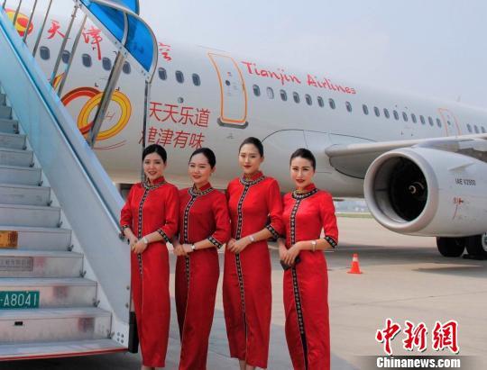 首航航班乘务员欢迎旅客登机。 钟欣 摄