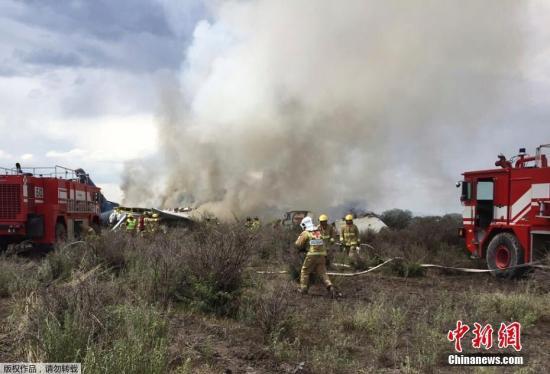 当地时间7月31日,墨西哥航空公司的一架载有101人的航班从墨西哥杜兰戈州一机场起飞后不久遭遇冰雹风暴,发生坠机事故。幸运的是,机上全部人员都生还,有85人受伤,飞机起火燃烧。图为消防人员在坠机现场进行救援。