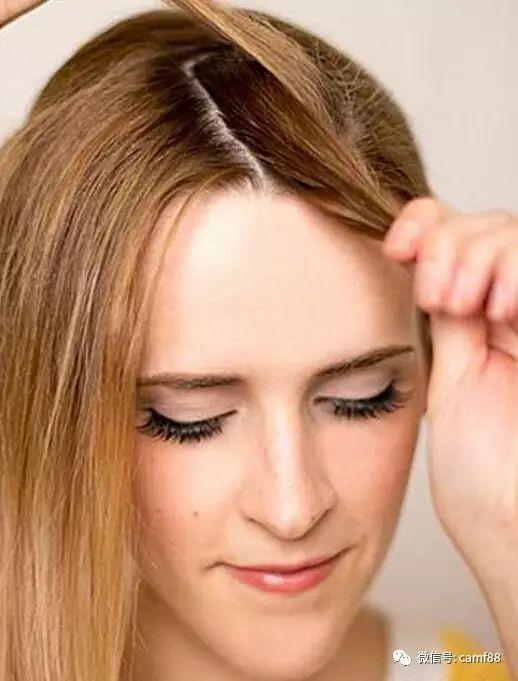 步骤六:把下面的一小束头发往前拉,上面的头发往侧下.