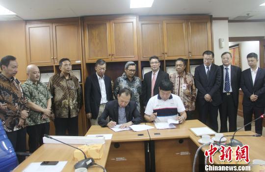 图为佛山市资源再生企业联盟与印尼印中商务理事会签订《合作协议》。 林永传 摄