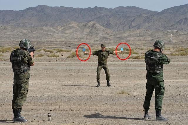 俄军用95步枪玩信任射击,战友握纸牌当靶标,中国头顶苹果了解下