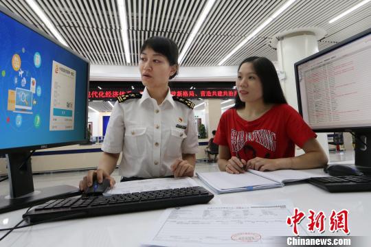 广州海关关员为企业讲解关检融合整合申报项目 池兆恩 摄