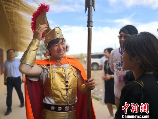 """图为孙建军向游客介绍家乡以及自己和""""古罗马""""的故事。 魏建军 摄"""