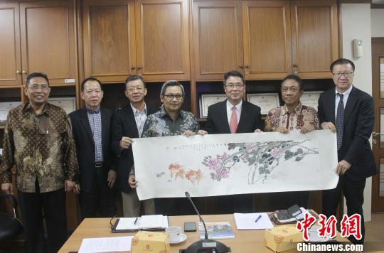 图为佛山市政协副主席郑灿儒(右三)向印尼工业部化工、纺织和多元工业司总司长Dwiwahjono(中)赠送中国国画纪念品。 林永传 摄