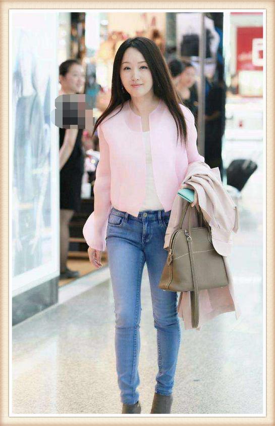 杨钰莹这次时髦到家了!把腰包当腰带,竟也能穿得这么高级!