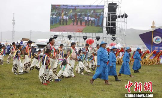 图为当地蒙古族民众。 钟欣 摄
