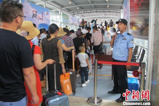 云南铁路暑运发送旅客增长近三成