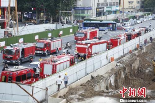 事发后多辆消防车赶到现场救援。 董飞 摄