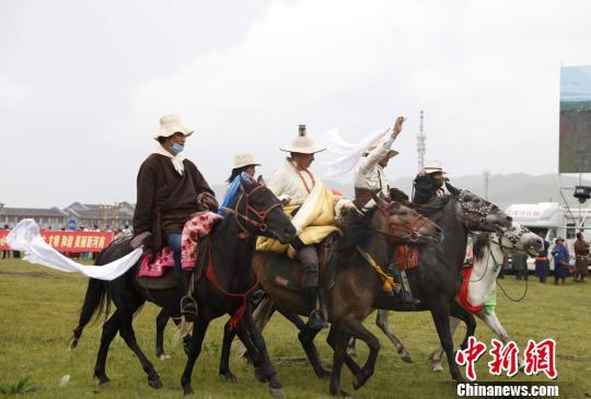 图为骑马的青海河南蒙古族自治县民众。 钟欣 摄