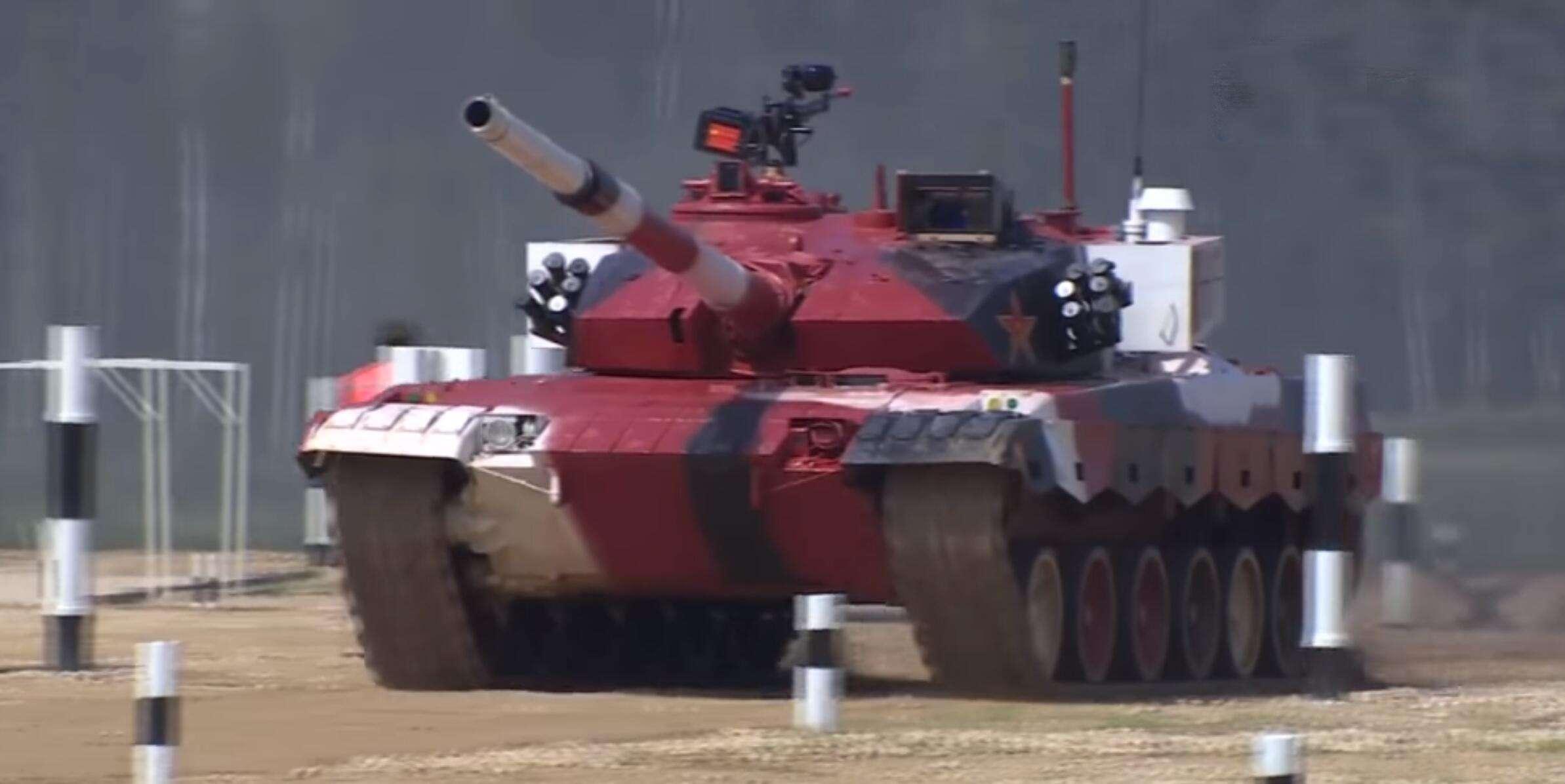 俄罗斯士兵进入中国步战车体验 高呼先进科幻