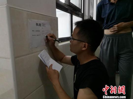 """""""云雀""""或将""""飞""""抵申城,上海严阵以待抗击台风。图为浦东新区惠南镇安置转移民众。供图 申海"""