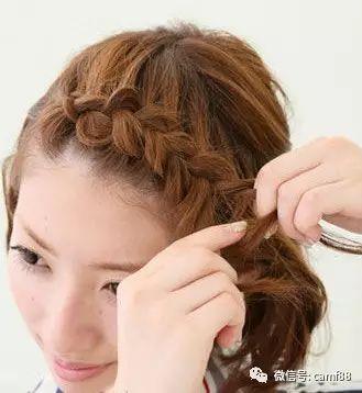 短发刘海编发第二步:从一九分的刘海开始编三股辫辫子.