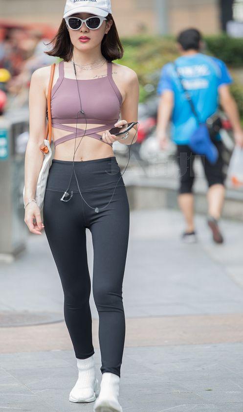 穿瑜伽裤的美女 瑜伽紧身裤中间缝隙
