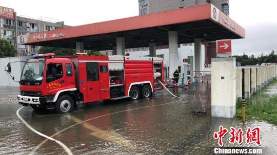 亭林一加油站大量积水,积水深度近30公分,消防官兵正在利用车载泵进行抽水排涝。 供图 申海 摄