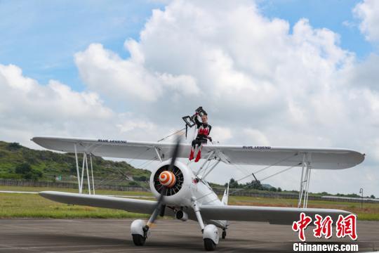 图为特技飞行表演队在空中进行飞行表演。 贺俊怡摄