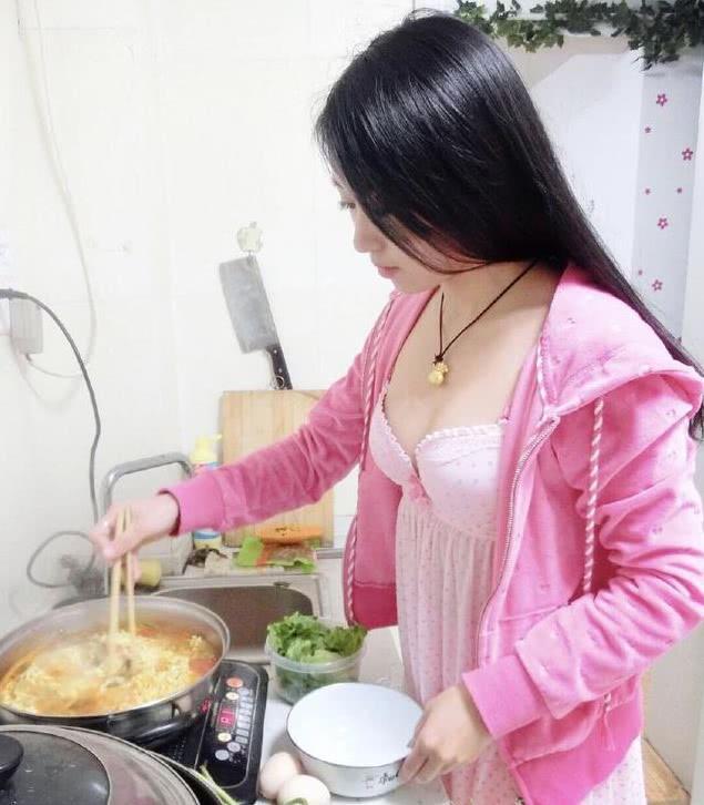 毕滢私密照片:穿粉色睡衣深夜煮泡面,曾是校花级别的班干部