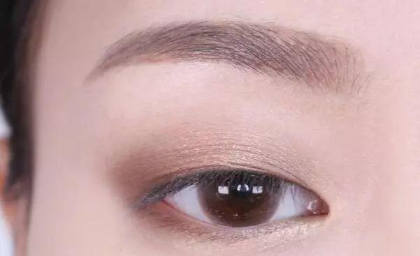 step  :上下眼皮靠近内眼角的2/3段用浅棕色微光眼影晕染.