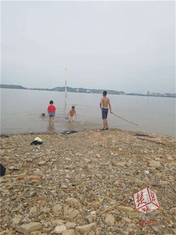 湖北一家五口玩水消失在茫茫长江,手机记录4个孩子最后画面