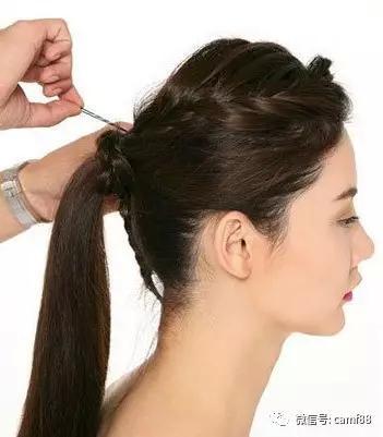 斜刘海编发教程图解第七步:用u型夹固定在头上.