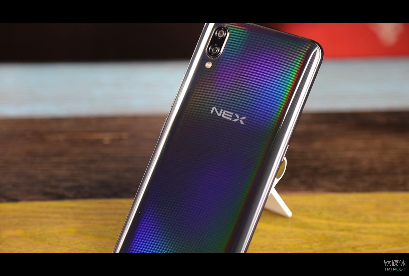 vivo NEX 而NEX的设计就更加低调,其背部虽然也采用了玻璃材质,但vivo加入了全息幻彩技术,加上纳米级激光工艺,在后盖上雕刻出数万个幻彩衍射单元,在强光照射下会显示一种色彩斑斓的黑色的感觉。相比于Find X来说,NEX显得更加低调。 在整个外观对比环节,Find X与NEX的屏幕都非常抢眼,超大屏占比对于显示效果来说确实能增加不少。而颜色设计方便,我更加倾向NEX低调的黑色,Find X的背后双曲面在手里的握持又很舒服。 综合考虑,在外观与屏幕方面,我还是更加喜欢OPPO Find X,设计