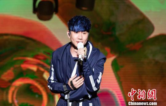 林俊杰在演唱会上激情献唱。 钟欣 摄