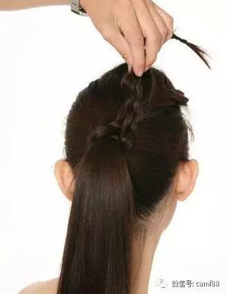 斜刘海编发教程图解第六步:将发辫绕到马尾上.