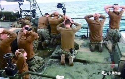 封锁霍尔木兹海峡:伊朗50艘快艇击沉靶船