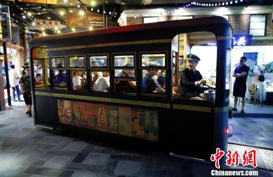 """老式里弄再现""""上海滩""""繁华场景吸引民众"""