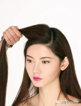 斜刘海编发教程图解第一步:取一侧刘海的头发,拿在手上.