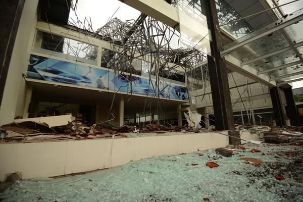 8月5日,印尼巴厘岛,人们清理地震造成的碎片.