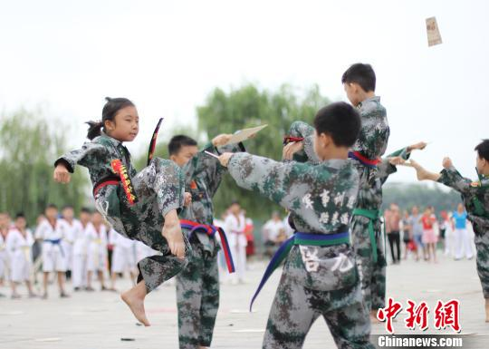 青少年展演跆拳道。 何上进 摄