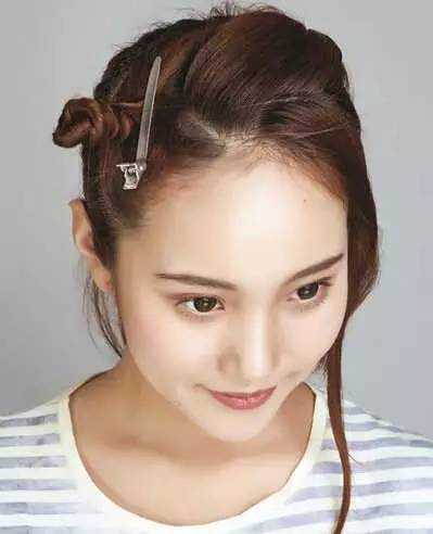 step2:先取出刘海右侧的头发由上而下编成三股辫直到发尾.