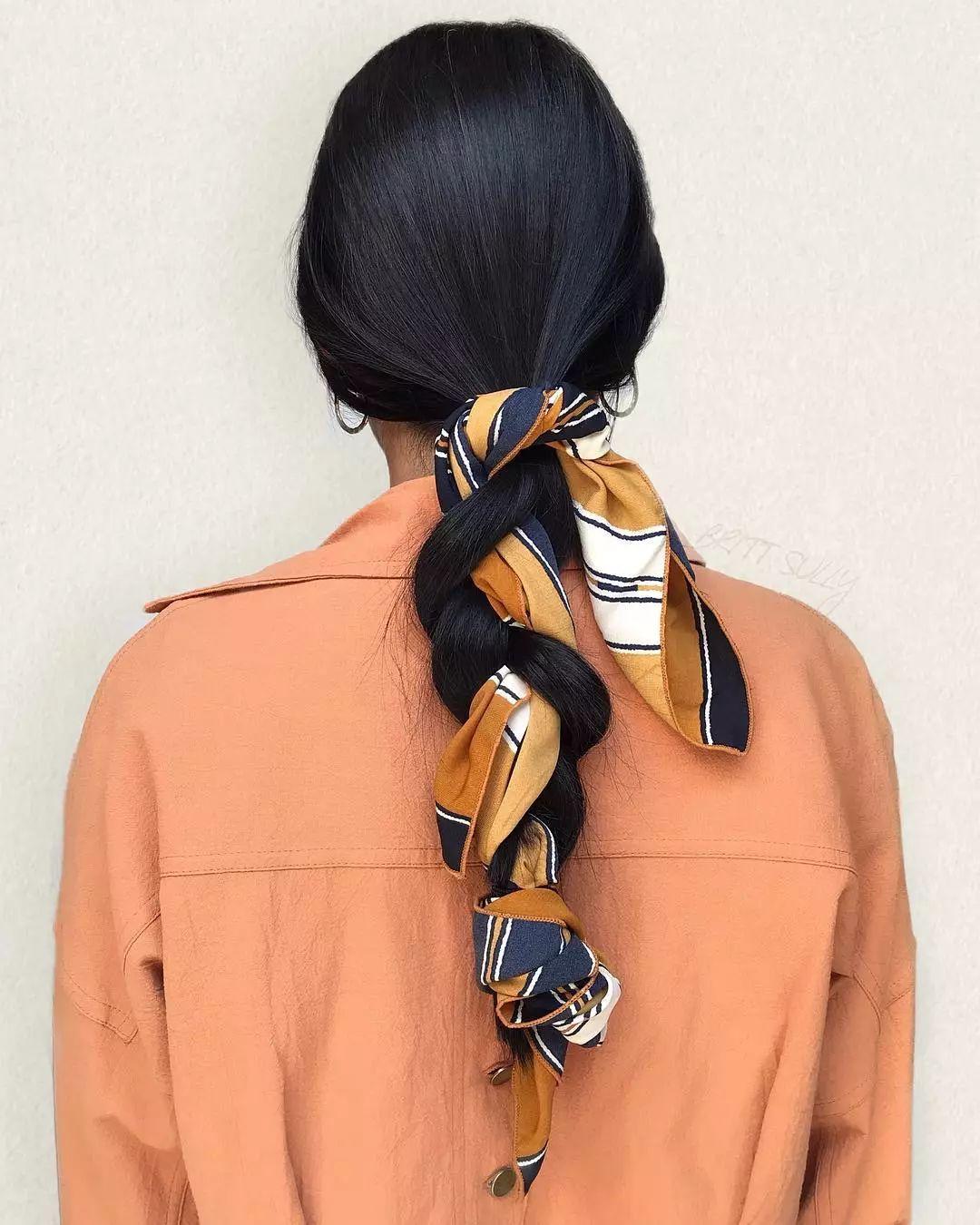 这种最基本的丝巾发带绑法也最受青睐,特别是红色系的丝巾,映衬红唇妆