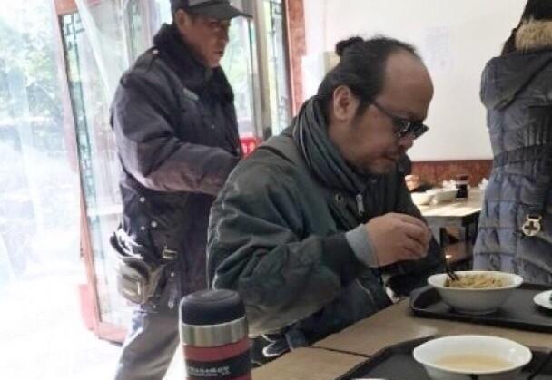 窦唯潦倒形象不再?在北京住四合院的人该有仙风道骨