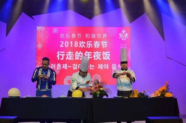 """李锦记希望厨师田贵昌(右一)表演""""蒙眼雕天鹅""""食雕技艺"""