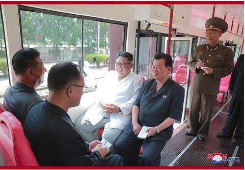 金正恩试乘新型电车:只要人民喜欢 宁把星星摘下来