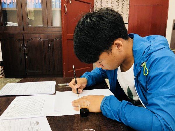 7月31日,来自贵州雷山的候选人正在笔试