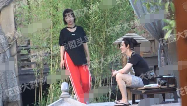 杨紫探班秦俊杰,旁若无人坐男友大腿上撒娇