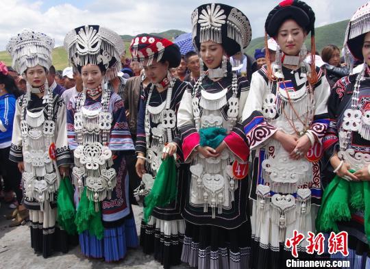 参加比赛的彝族美女。 宋明 摄
