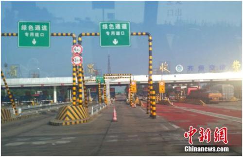 图为京沪高速路上的绿色通道。谢艺观 摄
