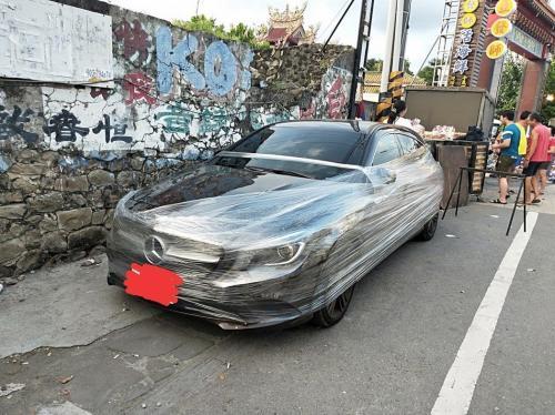 奔驰车疑似妨碍摊贩做生意,遭保鲜膜包覆警告。台湾《联合报》记者蒋继平/翻摄