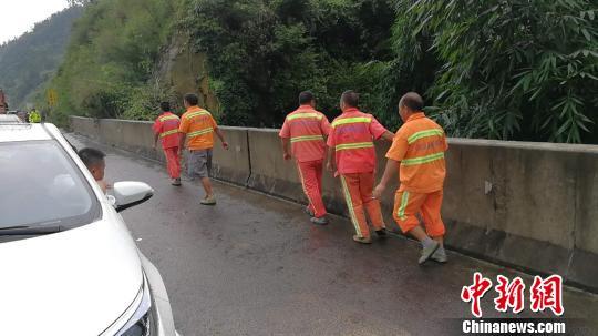 四川成自泸高速突发山洪致交通中断