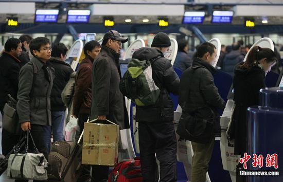 资料图:首都机场排队登记的旅客。中新社记者 苏丹 摄