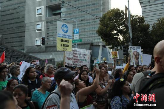 2017年9月5日下午,成百上千人集聚在美国旧金山第七街和米逊街交界的联邦大厦前,抗议特朗普政府废除前总统奥巴马推出的DACA(Deferred Action for Childhood Arrivals,童年入境暂缓遣返)计划。 中新社记者 刘丹 摄