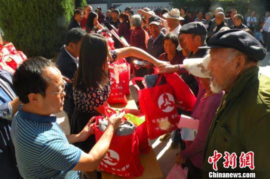"""图为:开展""""中国光华科技基金会""""秋冬物资捐赠现场。灵丘县新闻办供图"""