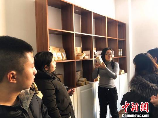 图为:高姗姗给创业青年讲解初级农产品如何商业化。 灵丘县新闻办供图