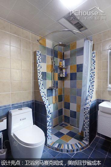 隔断墙用蓝色与白色瓷砖的拼接,让整个卫生间都充满着一种地中海风格