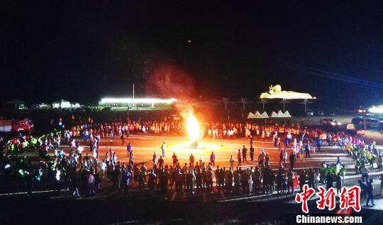 图为营地举办了盛大的篝火晚会。 高展 摄