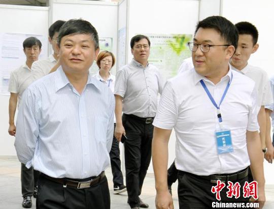 生态环境部副部长、中国环境科学学会理事长黄润秋视察国家工业污染源监控工程技术中心展位 主办方供图 摄