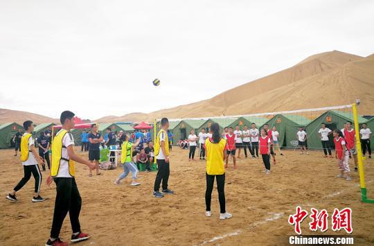 图为在巴丹吉林沙漠举行的沙漠排球比赛。 高展 摄